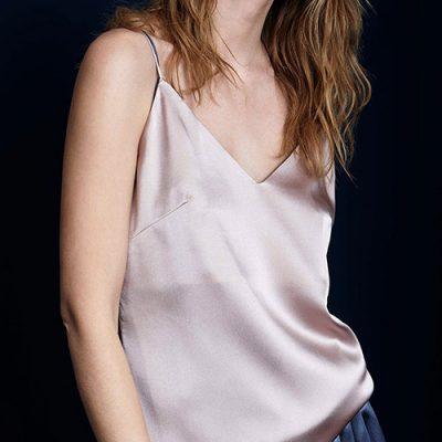 Dettaglio top morbido in seta rosa cipria
