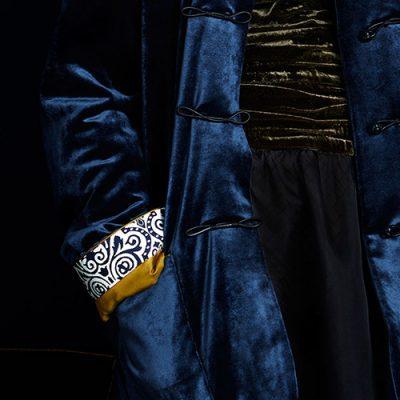 Dettaglio giacca in velluto blu